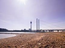 Μια γέφυρα πέρα από το Ρήνο στο Ντίσελντορφ Στοκ Εικόνες