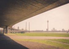Μια γέφυρα πέρα από το Ρήνο στο Ντίσελντορφ Στοκ εικόνες με δικαίωμα ελεύθερης χρήσης