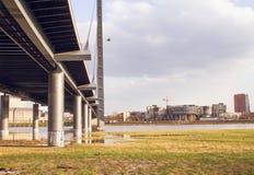 Μια γέφυρα πέρα από το Ρήνο στο Ντίσελντορφ Στοκ Φωτογραφία