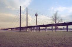 Μια γέφυρα πέρα από το Ρήνο στο Ντίσελντορφ Στοκ φωτογραφία με δικαίωμα ελεύθερης χρήσης