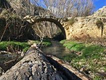 Μια γέφυρα που κρύβεται χαμένη στα βουνά άλλη προοπτική στοκ εικόνες