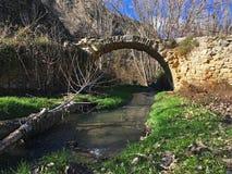 Μια γέφυρα που κρύβεται χαμένη στα βουνά στοκ εικόνα