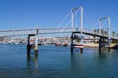 Μια γέφυρα στο λιμένα του Λάγκος - ο νότος της Πορτογαλίας - λήψη πιασιμάτων της θέας άποψης έξω, χωρίς χαρακτήρα και της ημέρας Στοκ φωτογραφία με δικαίωμα ελεύθερης χρήσης