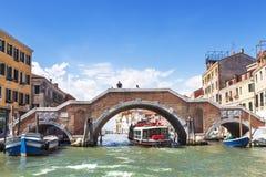 Μια γέφυρα τριών αψίδων διασχίζει το κανάλι Cannaregio, το οποίο συνδέει την ενετική λιμνοθάλασσα και το μεγάλο κανάλι, Βενετία Στοκ φωτογραφία με δικαίωμα ελεύθερης χρήσης
