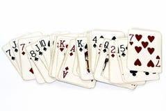 Μια γέφυρα των εκλεκτής ποιότητας ντεμοντέ καρτών παιχνιδιού που διαδίδονται έξω Στοκ φωτογραφία με δικαίωμα ελεύθερης χρήσης