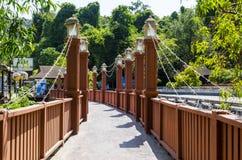 Μια για τους πεζούς γέφυρα στην πόλη του AO Nang. Στοκ Φωτογραφία