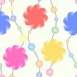Μια γιρλάντα των τυποποιημένων λουλουδιών και των χρωματισμένων χαντρών σε ένα υπόβαθρο κρητιδογραφιών άνευ ραφής διάνυσμα προτύπ Στοκ Εικόνα
