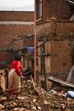 Μια γυναίκα έξω από τώρα το σεισμό της κατέστρεψε το σπίτι σε Bhaktapur, ΝΕ στοκ φωτογραφίες
