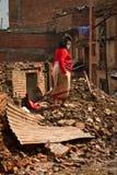Μια γυναίκα έξω από τώρα το σεισμό της κατέστρεψε το σπίτι σε Bhaktapur, ΝΕ στοκ φωτογραφίες με δικαίωμα ελεύθερης χρήσης