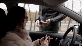 Μια γυναίκα αγοράζει ένα πυροβόλο όπλο για την μόνος-υπεράσπιση από έναν παράνομο πωλητή των πυροβόλων όπλων απόθεμα βίντεο