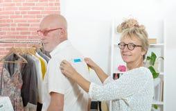 Μια γυναίκα λαμβάνει τα μέτρα σχετικά με τον πελάτη με την ταινία Στοκ Εικόνες
