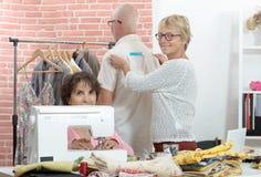 Μια γυναίκα λαμβάνει τα μέτρα σχετικά με τον πελάτη με την ταινία Στοκ φωτογραφία με δικαίωμα ελεύθερης χρήσης