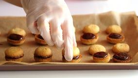 Μια γυναίκα διαμορφώνει ένα μπισκότο με τη σοκολάτα φιλμ μικρού μήκους