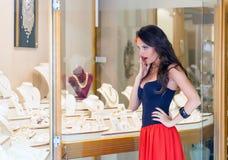 Μια γυναίκα είναι στο κατάστημα κοσμήματος στοκ εικόνες