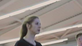 Μια γυναίκα εκπαιδεύει treadmill σε μια λέσχη ικανότητας φιλμ μικρού μήκους