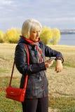 Μια γυναίκα εξετάζει τα αποτελέσματα της δραστηριότητάς τους για αυτήν την ημέρα Στοκ φωτογραφίες με δικαίωμα ελεύθερης χρήσης