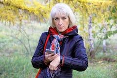 Μια γυναίκα εξετάζει τα αποτελέσματα της δραστηριότητάς τους για αυτήν την ημέρα Στοκ εικόνα με δικαίωμα ελεύθερης χρήσης