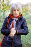 Μια γυναίκα εξετάζει τα αποτελέσματα της δραστηριότητάς τους για αυτήν την ημέρα Στοκ Εικόνες
