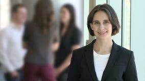 Μια γυναίκα εργαζόμενος brunette απόθεμα βίντεο