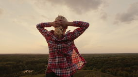 Μια γυναίκα θαυμάζει το όμορφο τοπίο στο ηλιοβασίλεμα υποστηρίξτε την όψη steadicam πυροβολισμός φιλμ μικρού μήκους