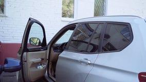 Μια γυναίκα κάθεται σε ένα αυτοκίνητο φιλμ μικρού μήκους