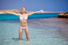 Μια γυναίκα κάνει την άσκηση χαλάρωσης Στοκ φωτογραφία με δικαίωμα ελεύθερης χρήσης