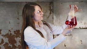 Μια γυναίκα κάνει το πείραμα απόθεμα βίντεο