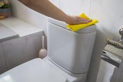 Μια γυναίκα καθαρίζει μια τουαλέτα Στοκ φωτογραφία με δικαίωμα ελεύθερης χρήσης