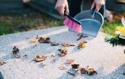 Μια γυναίκα καθαρίζει τον τάφο Στοκ Εικόνα