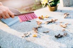 Μια γυναίκα καθαρίζει τον τάφο Στοκ φωτογραφίες με δικαίωμα ελεύθερης χρήσης