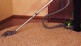 Μια γυναίκα καθαρίζει το διαμέρισμα φιλμ μικρού μήκους
