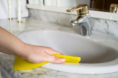 Μια γυναίκα καθαρίζει το λουτρό της Στοκ Φωτογραφία