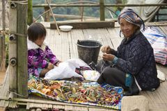 Μια γυναίκα και ένα κορίτσι παράγουν τα παραδοσιακά αναμνηστικά φυλών λόφων σε ANG Khang, Ταϊλάνδη Doi Στοκ Φωτογραφία
