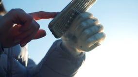 Μια γυναίκα κρατά ένα τηλέφωνο με ένα ρομποτικό χέρι, κλείνει επάνω φιλμ μικρού μήκους