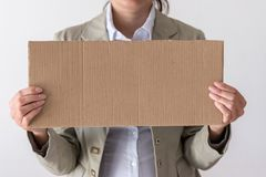 Μια γυναίκα κρατά το κενό σημάδι στο μέτωπο το πρόσωπό της στοκ εικόνα με δικαίωμα ελεύθερης χρήσης