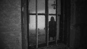Μια γυναίκα μέσα σε ένα ανατριχιαστικό δωμάτιο απόθεμα βίντεο