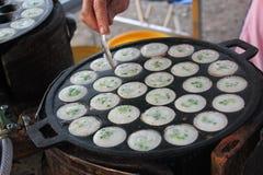 Μια γυναίκα μαγειρεύει το είδος ταϊλανδικό sweetmeat Στοκ φωτογραφία με δικαίωμα ελεύθερης χρήσης