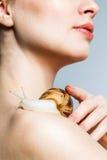 Μια γυναίκα με ένα σαλιγκάρι στοκ φωτογραφίες με δικαίωμα ελεύθερης χρήσης