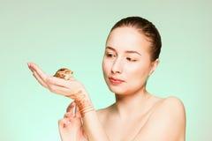 Μια γυναίκα με ένα σαλιγκάρι στοκ εικόνες