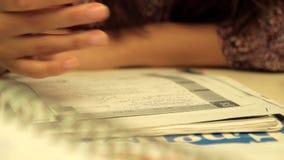 Μια γυναίκα μελετά και σκέφτεται για την απάντηση του διαγωνισμοου γνώσεων 2 απόθεμα βίντεο