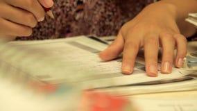 Μια γυναίκα μελετά απόθεμα βίντεο