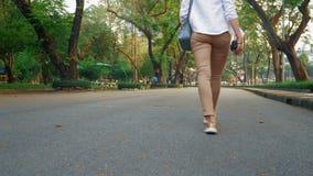 Μια γυναίκα με μια κάμερα περπατά μέσω των οδών μιας μεγάλης σύγχρονης πόλης στοκ φωτογραφίες με δικαίωμα ελεύθερης χρήσης