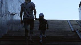 Μια γυναίκα με μια μικρή εκμετάλλευση κοριτσιών δίνει επάνω στα σκαλοπάτια, αφήνοντας την υπόγεια διάβαση απόθεμα βίντεο