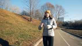 Μια γυναίκα με το προσθετικό χέρι που τρέχει, κλείνει επάνω απόθεμα βίντεο