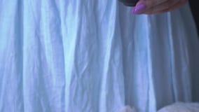 Μια γυναίκα με salines ενός τα ρόδινα μανικιούρ μια σαλάτα με το arugula και τις γαρίδες, κλείνει επάνω απόθεμα βίντεο