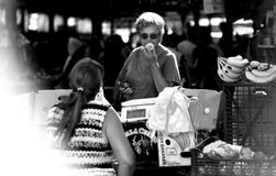 Μια γυναίκα μυρίζει τη Apple σε μια αγορά Στοκ Εικόνες