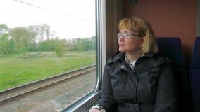 Μια γυναίκα οδηγά ένα γρήγορο τραίνο και να φανεί έξω το παράθυρο φιλμ μικρού μήκους