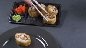 Μια γυναίκα παίρνει έναν ρόλο χρησιμοποιώντας ξύλινο chopstick Κινηματογράφηση σε πρώτο πλάνο ιαπωνικός παραδοσιακός κουζίνας απόθεμα βίντεο
