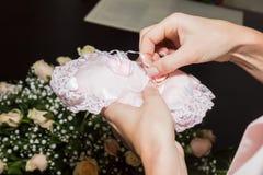 Μια γυναίκα παίρνει ένα γαμήλιο δαχτυλίδι στα δαχτυλίδια ανταλλαγής σε μια γαμήλια τελετή στοκ φωτογραφία