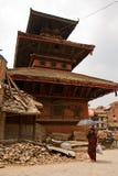 Μια γυναίκα περπατά έξω από έναν ναό σε Bhaktapur, Νεπάλ στοκ εικόνα